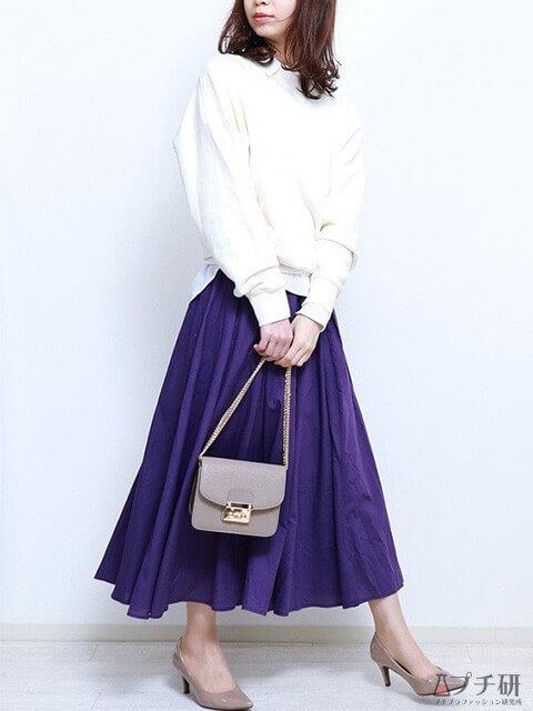 白のスウェット×白シャツ×ダークパープルのフレアスカートで大人の上品リッチコーデ