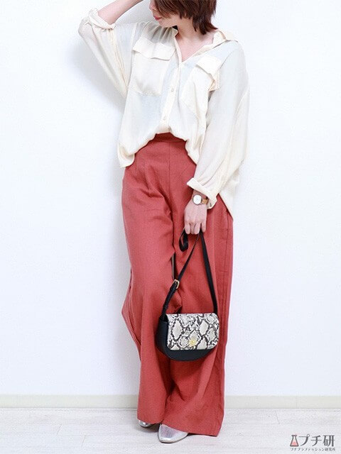 白のとろみシャツ×テラコッタのワイドパンツ×パイソン柄バッグで大人の高見えコーデの画像