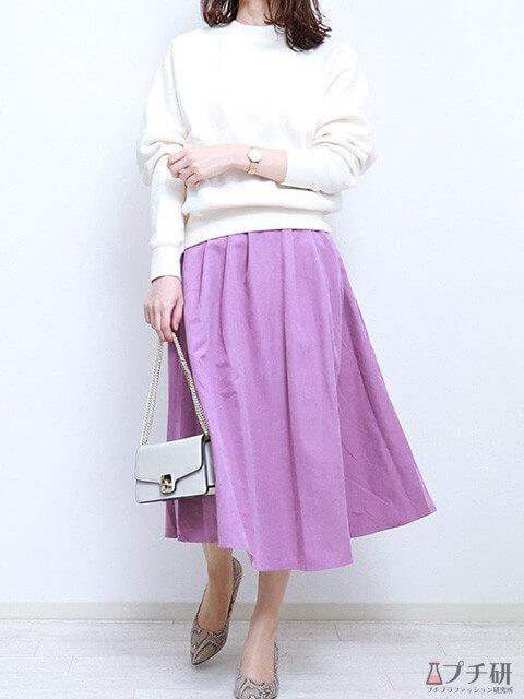 白のスウェット×ピンクパープルのフレアスカートの春色コーデは大人小物で引き締めたコーデ画像